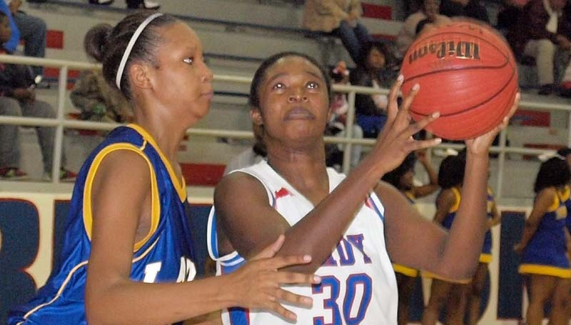 Daily Leader / Tracy Fischer / Wesson's Jashia Smith (30) looks to score a basket over Jefferson County's Diamond Smith (25) Friday night.